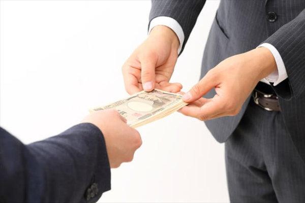業者でやる現金化は1万円から自分でやると利用停止の板ばさみ